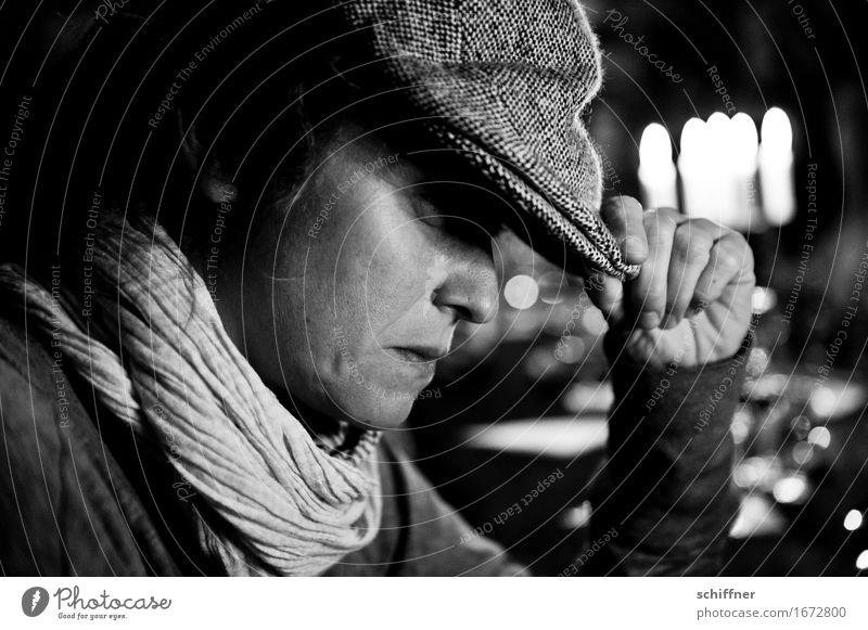 AST 9 | All night long Mensch feminin Junge Frau Jugendliche Erwachsene Kopf Hand 1 30-45 Jahre schwarz weiß Mütze Schal nachdenklich Denken Traurigkeit ruhig