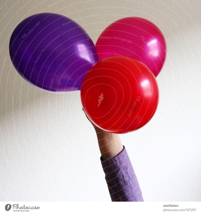 Ballonhalterin Mensch rot Party Feste & Feiern Arme rosa Geburtstag Luftballon rund violett festhalten Jubiläum hochhalten