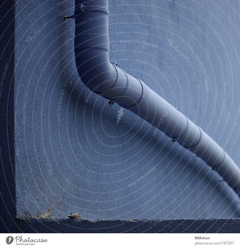 AbFluss Farbfoto Detailaufnahme Menschenleer Textfreiraum oben Textfreiraum unten Handwerker Baustelle Haus Mauer Wand Dachrinne blau Abflussrohr abwärts