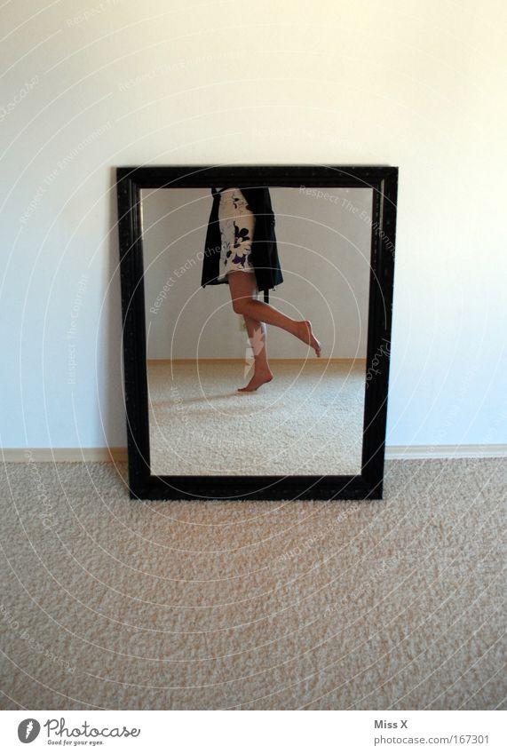 hallo neue wohnung! Mensch Frau Jugendliche Erwachsene feminin Beine Mode Fuß Raum Tanzen 18-30 Jahre Wohnung elegant Fröhlichkeit Spiegel Rahmen