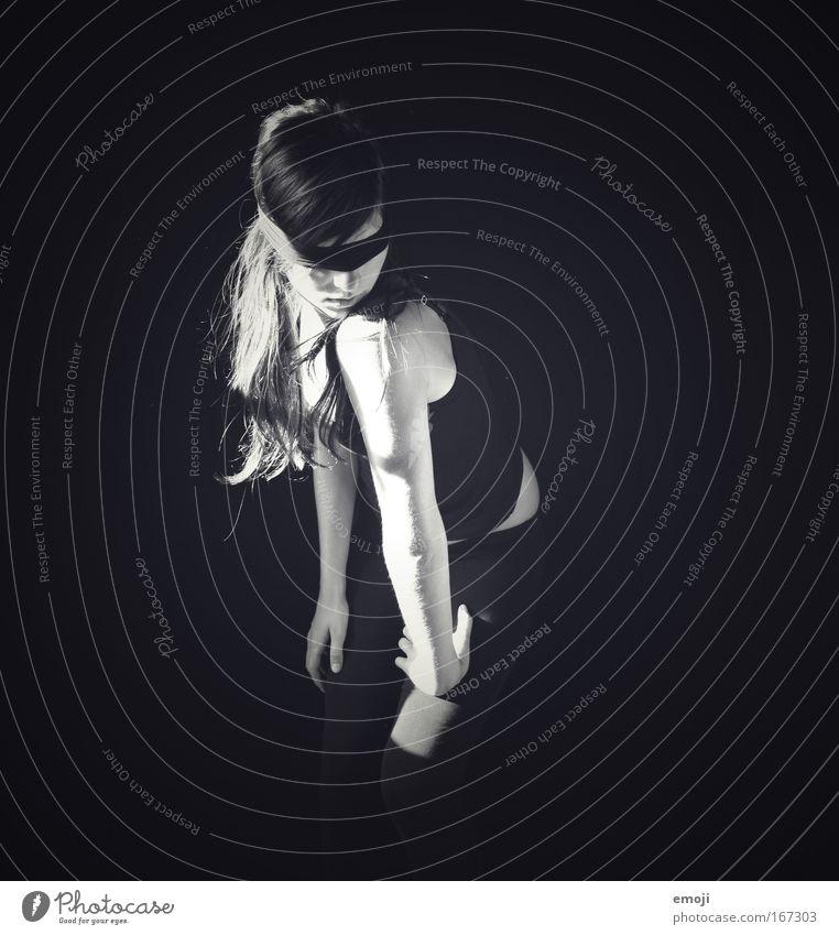 Ekstase (?) Mensch Jugendliche schwarz dunkel feminin Erwachsene dünn einzigartig Strümpfe langhaarig Junge Frau Porträt Ganzkörperaufnahme 18-30 Jahre
