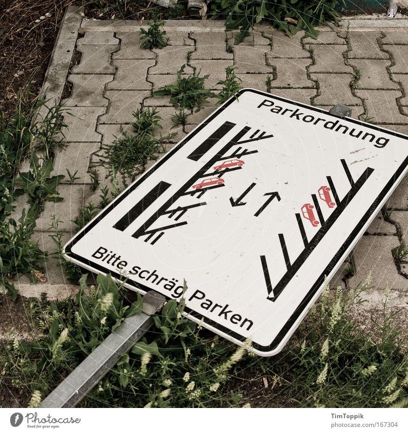 Bitte schräg parken Straße Wege & Pfade Bürgersteig Verkehrswege Fahrzeug chaotisch Autofahren Fußgänger unordentlich Verkehrsmittel Verkehrsschild Stadtrand