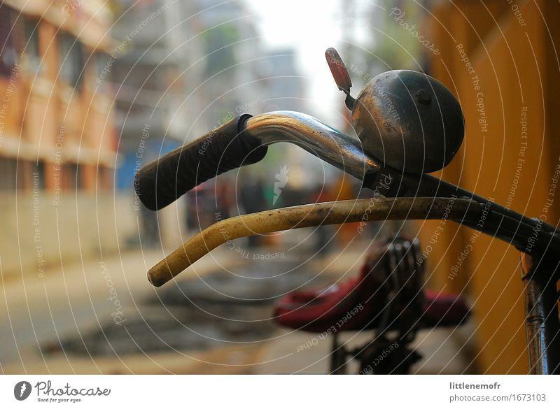 Fahrrad in der Straße, Nahaufnahme Ferien & Urlaub & Reisen Erde Verkehr Verkehrsmittel Metall alt entdecken gelb rot Einsamkeit Bremse Klingel Teile bügeln