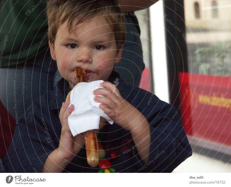 Kind mit Grillwurst Kind Mann Junge Ernährung Grillen Wurstwaren Fleisch Straßenfest