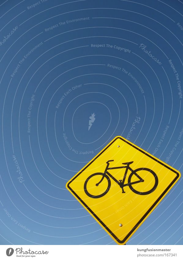 Fahrradweg to heaven Farbfoto Außenaufnahme Textfreiraum rechts Textfreiraum oben Freisteller Hintergrund neutral Tag Kontrast Sonnenlicht Starke Tiefenschärfe