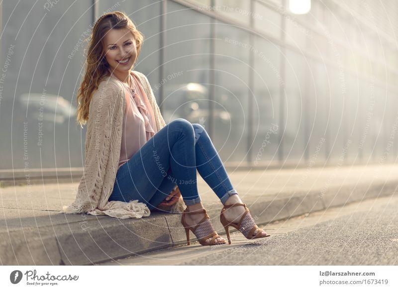 Lächelnde junge Frau, die auf Bürgersteig sich entspannt schön Gesicht feminin Erwachsene 1 Mensch 18-30 Jahre Jugendliche Straße Mode Damenschuhe brünett