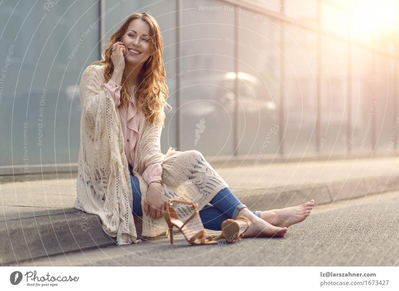 Mensch Frau Jugendliche schön Erholung 18-30 Jahre Gesicht Erwachsene Straße sprechen Lifestyle Textfreiraum Behaarung sitzen Fröhlichkeit Lächeln