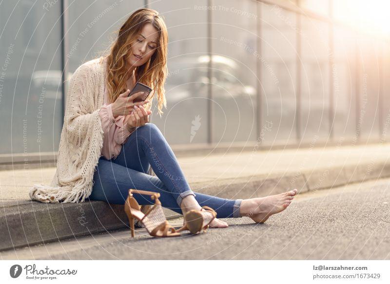 Frau schön Erholung Gesicht Erwachsene Straße sprechen Lifestyle Textfreiraum Behaarung sitzen lesen Telefon trendy lang Müdigkeit
