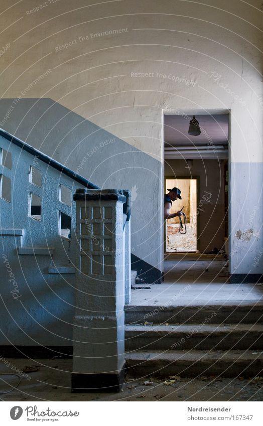 Jäger hinter der Tür Mann Freude Architektur Kopf Erwachsene Stil Tür Armut Design Treppe Erfolg verrückt Lifestyle bedrohlich beobachten Zeichen