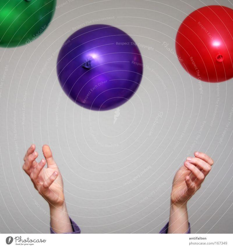 Ballonwerferin Mensch Frau Hand grün rot Freude Erwachsene Spielen Bewegung Glück Party Feste & Feiern Arme Geburtstag Finger Fröhlichkeit