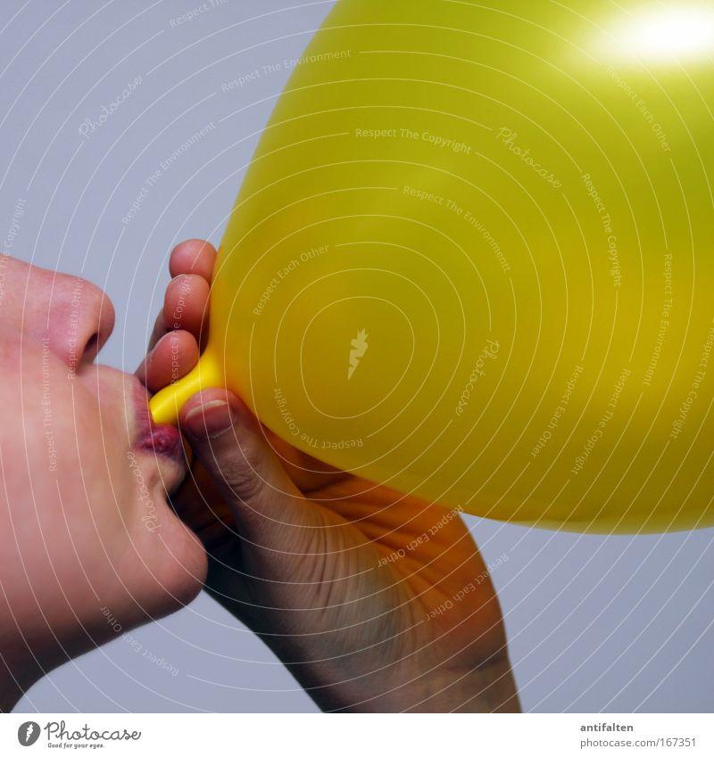 Ballonaufpusterin Freude Party Feste & Feiern Frau Erwachsene Gesicht Mund Lippen Hand Finger 1 Mensch Luftballon Fröhlichkeit glänzend natürlich gelb gold