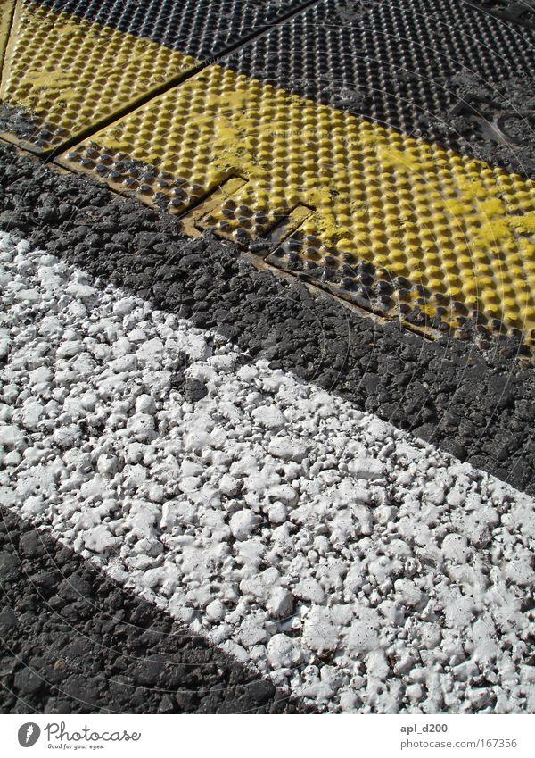 Überfahren Farbfoto Außenaufnahme Tag Barcelona Spanien Europa Menschenleer Verkehr Autofahren Straße Warmherzigkeit Fahrbahnmarkierung