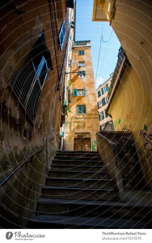 Genua_Streets Stadt Stadtzentrum Altstadt Haus blau braun gelb gold grau orange weiß Treppe Fenster Fensterladen Italien Städtereise Farbfoto Außenaufnahme