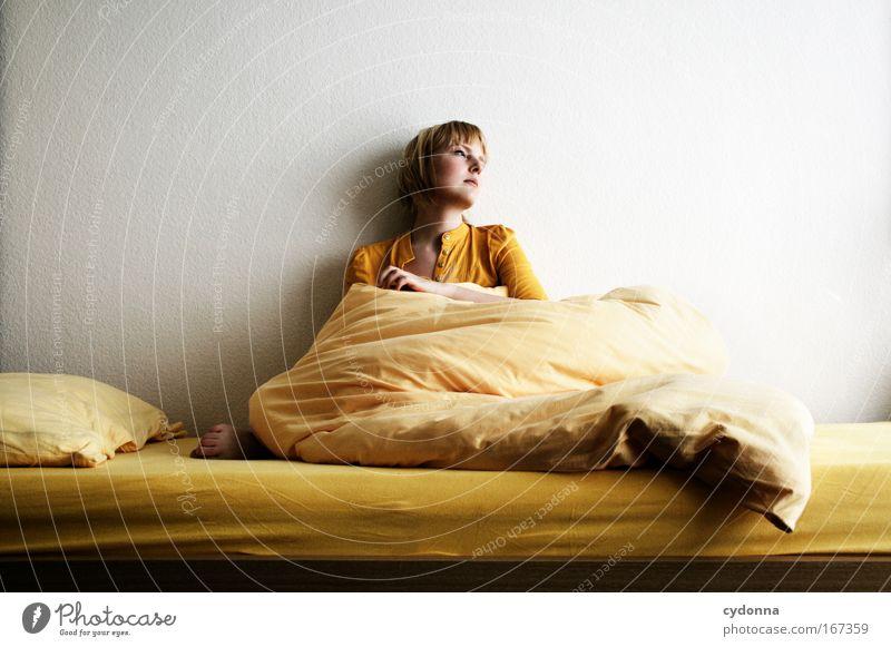Zeit Frau Mensch Jugendliche Einsamkeit Erwachsene Leben Wand Gefühle Traurigkeit Mauer träumen Bett Kommunizieren Wunsch Vergänglichkeit