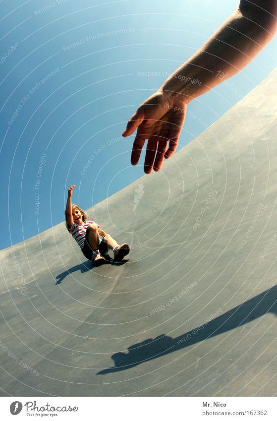 hands up Außenaufnahme Mädchen Mutter Erwachsene Kindheit Arme Hand Finger Wolkenloser Himmel fallen fangen festhalten Freude Fröhlichkeit Bewegung