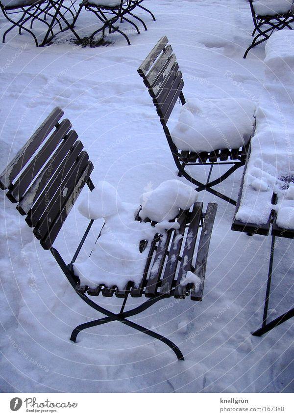 Biergarten im Tiefschlaf weiß Winter Ernährung Einsamkeit kalt braun warten Gastronomie Erwartung Vorfreude Saison ausgehen Schneedecke Gartenstuhl Gartentisch