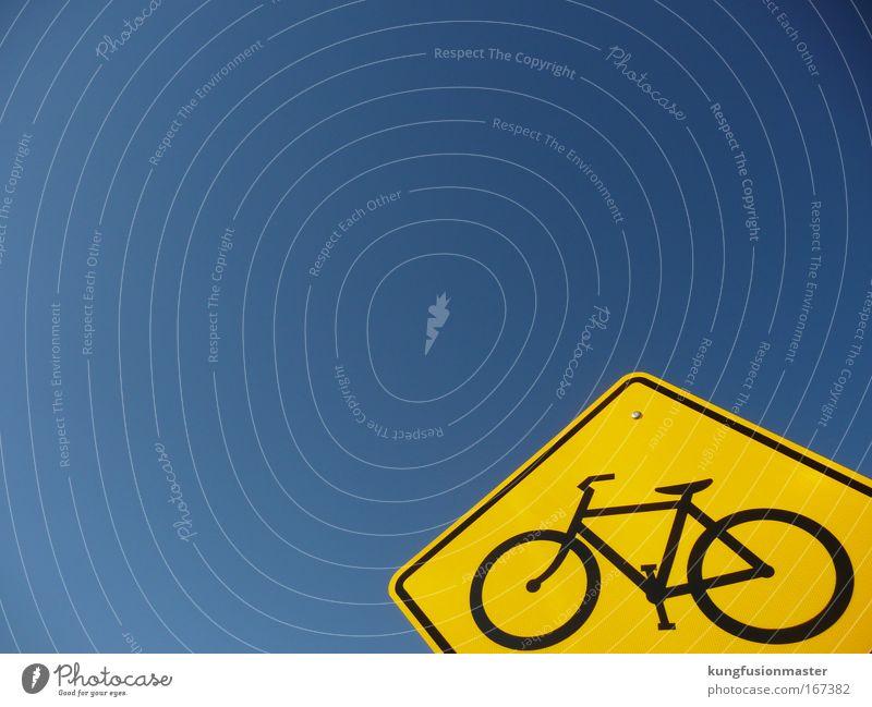 Fahrradweg to heaven blau gelb Straße Metall Fahrrad Verkehr fahren Güterverkehr & Logistik Zeichen Verbote Wolkenloser Himmel Straßenverkehr Verkehrsschild Verkehrszeichen