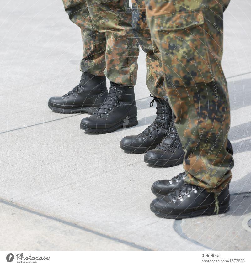 Warten auf den Einsatz Beruf Arbeitsplatz Dienstleistungsgewerbe Team maskulin Beine 3 Mensch Menschengruppe 18-30 Jahre Jugendliche Erwachsene bedrohlich