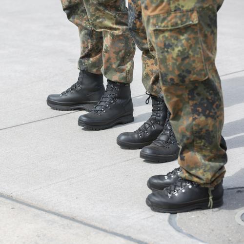 Warten auf den Einsatz Mensch Jugendliche 18-30 Jahre Erwachsene Beine Menschengruppe maskulin Kraft gefährlich bedrohlich Macht Sicherheit Schutz Team