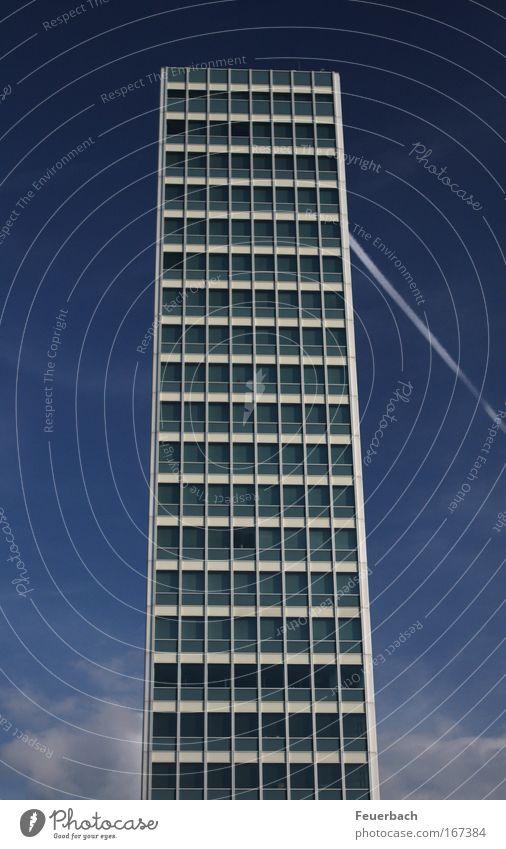 Wer wird da an Schlimmes denken? blau Haus Fenster Architektur Gebäude Business Linie Arbeit & Erwerbstätigkeit Glas Angst elegant Fassade Flugzeug Hochhaus