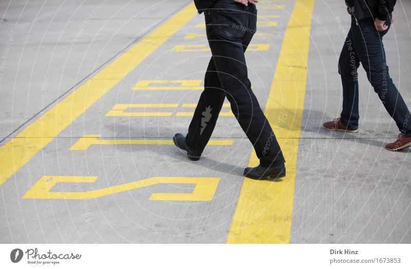 überschreiten Mensch Wege & Pfade Linie gehen frei Luftverkehr Schriftzeichen Schilder & Markierungen verrückt laufen Beton Flugzeug Neugier Sicherheit