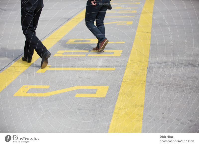 """""""grenzüberschreitend"""" Mensch Jugendliche 18-30 Jahre Erwachsene gelb Wege & Pfade grau Linie gehen maskulin frei wandern verrückt laufen Neugier Sicherheit"""