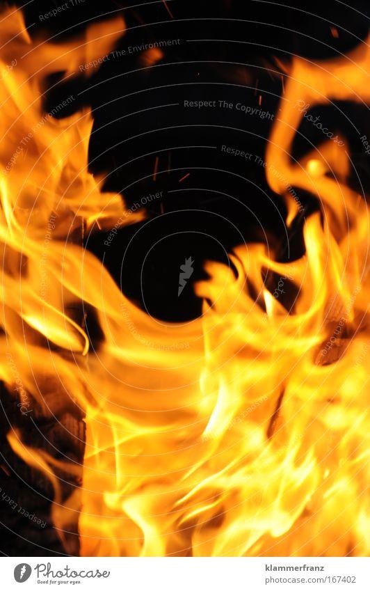 Die Flammen der Leidenschaft Nacht Bewegungsunschärfe Freiheit Feste & Feiern Flirten Urelemente Feuer Wärme Grill genießen Tanzen bedrohlich gruselig heiß hell