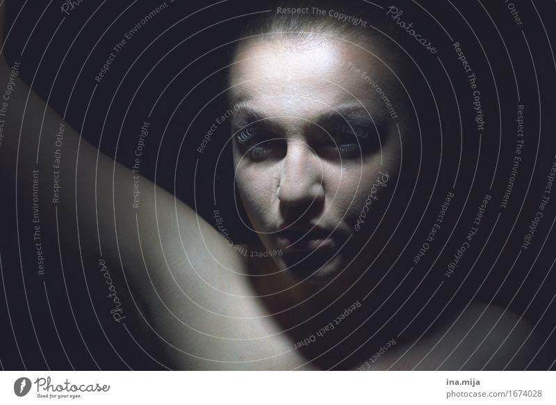 in dunkler Ecke Mensch feminin Erwachsene Gesicht 1 18-30 Jahre Jugendliche 30-45 Jahre Kunst Künstler Theaterschauspiel dunkel gruselig einzigartig schwarz