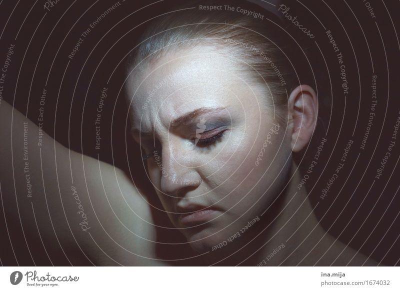 _ Mensch Frau Jugendliche Junge Frau ruhig 18-30 Jahre Gesicht Erwachsene Traurigkeit Gefühle Religion & Glaube feminin Trauer Zukunftsangst Schmerz Stress