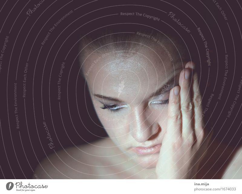 die kleinen und großen Sorgen des Lebens Mensch Frau Jugendliche Junge Frau dunkel 18-30 Jahre Gesicht Erwachsene Leben Traurigkeit Gefühle feminin lernen Trauer Zukunftsangst Student