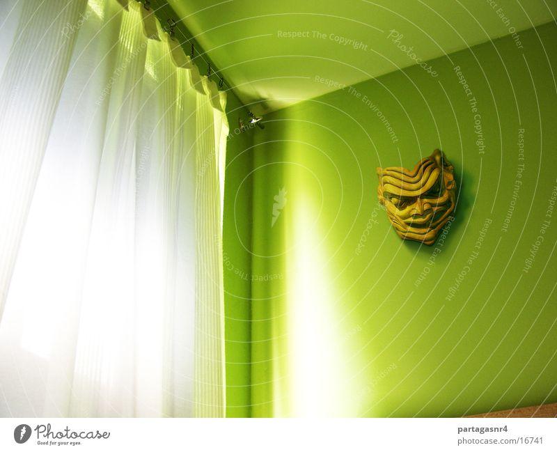 Grüne Wand mit Maske Raum Fenster Indianer Licht Gardine Häusliches Leben
