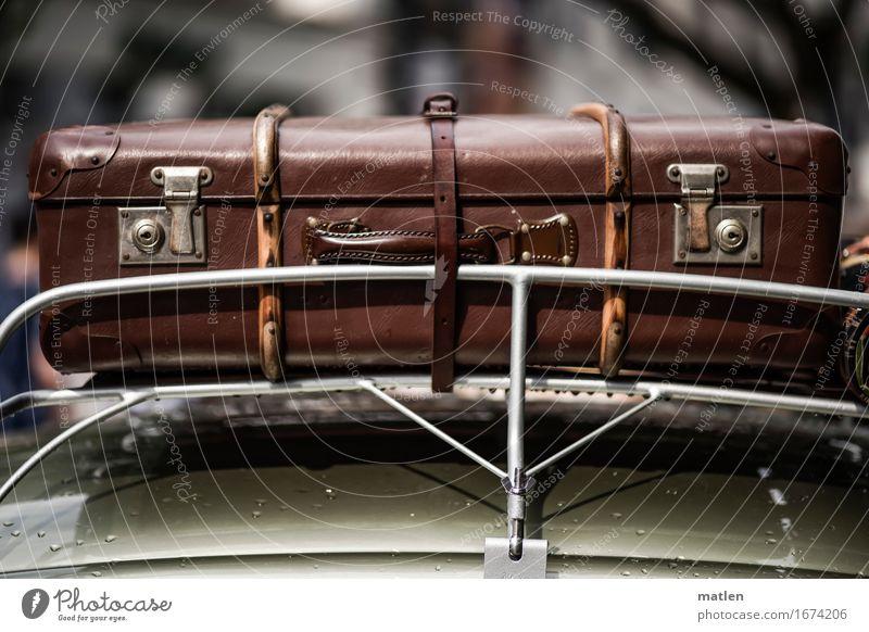 ich hab noch einen Koffer in Berlin Personenverkehr Autofahren PKW liegen alt braun grau grün Autodach Gepäckträger anschnallen Schloss Riemen Urlaubsstimmung