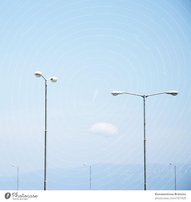 Lichtstärke Himmel blau Stadt Sommer Wolken Farbe Berge u. Gebirge Wärme hell Metall Energiewirtschaft Warmherzigkeit Laterne Schönes Wetter Straßenbeleuchtung