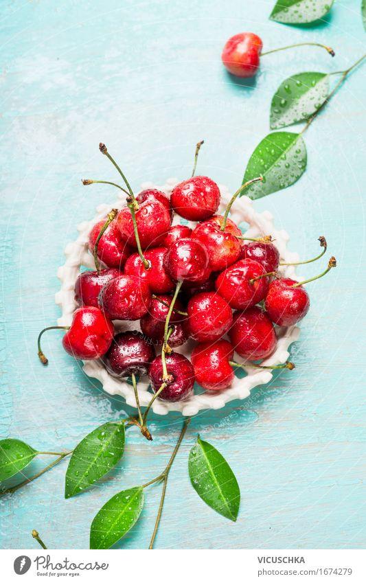 Reife Süßkirsche mit Blättern in weißen Schüssel Lebensmittel Frucht Dessert Ernährung Bioprodukte Vegetarische Ernährung Schalen & Schüsseln Stil Design