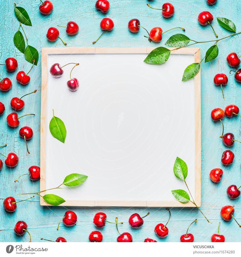 Schöne reife Süßkirschen mit Blättern um weißer Tafel Natur blau Sommer Gesunde Ernährung Blatt Leben Hintergrundbild Stil Gesundheit Lebensmittel Design Frucht
