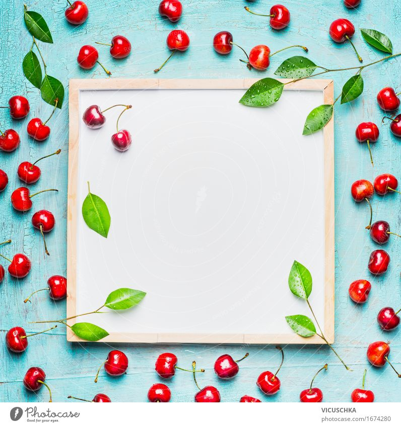 Schöne reife Süßkirschen mit Blättern um weißer Tafel Lebensmittel Frucht Dessert Ernährung Frühstück Picknick Bioprodukte Vegetarische Ernährung Diät Saft Stil