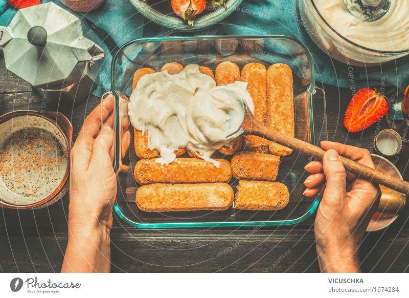 Weibliche Hände beschmieren Creme auf Kuchen Lebensmittel Käse Frucht Dessert Süßwaren Ernährung Italienische Küche Geschirr Teller Schalen & Schüsseln Topf
