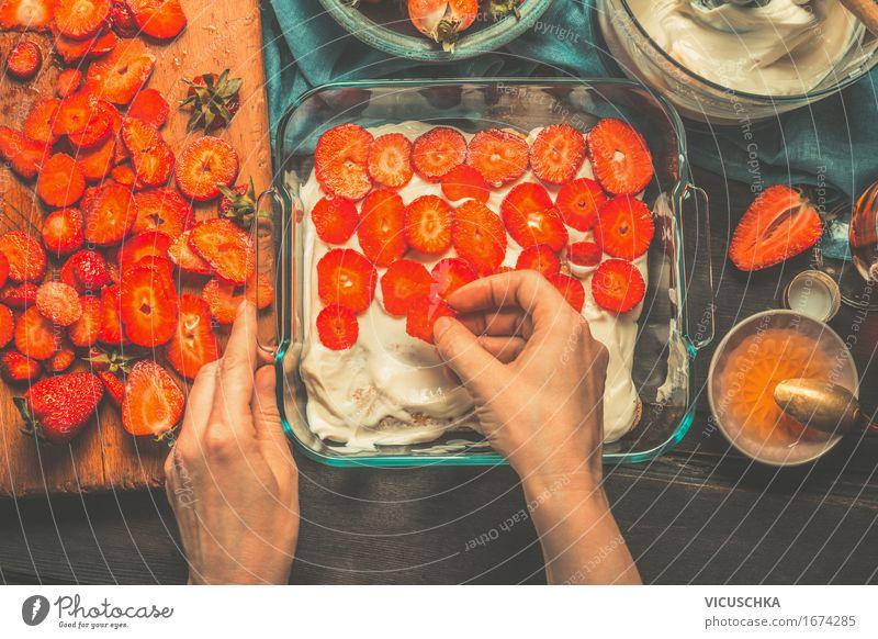 Weibliche Hände legen Erdbeeren auf dem Kuchen Mensch Frau Hand Erwachsene Stil Lifestyle Lebensmittel Design Wohnung Frucht Häusliches Leben Ernährung Glas