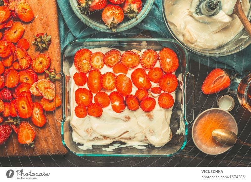 Erdbeer Tiramisu Kuchen Zubereitung Lebensmittel Frucht Dessert Ernährung Geschirr Teller Schalen & Schüsseln Löffel Stil Design Häusliches Leben Tisch