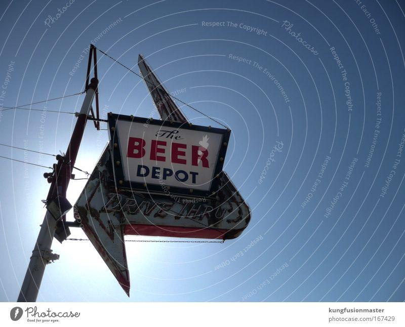 Beer Depot, tags Farbfoto Außenaufnahme Hintergrund neutral Tag Licht Sonnenlicht Gegenlicht Blick nach oben Design Alkohol Nachtleben Entertainment Bar