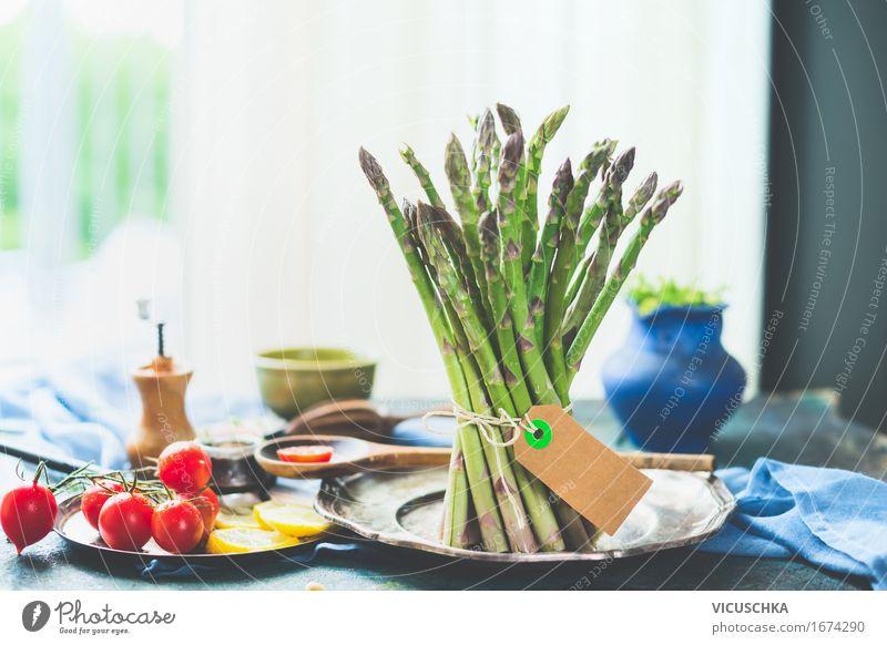 Spargel mit Zutaten auf Küchentisch am Fenster Lebensmittel Gemüse Salat Salatbeilage Kräuter & Gewürze Ernährung Mittagessen Bioprodukte Vegetarische Ernährung