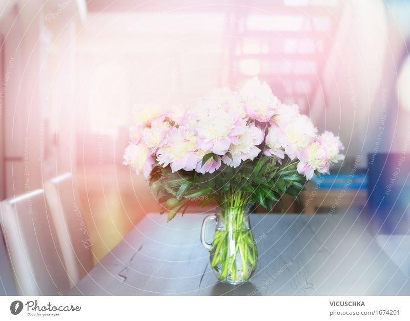Pfingstrosen Blumenstrauß auf Tisch in Wohnzimmer Natur Pflanze Sommer Wasser Fenster Liebe Innenarchitektur Stil Lifestyle rosa Design Wohnung Häusliches Leben
