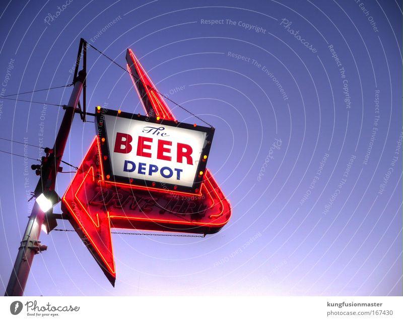 Beer Depot, abends Farbfoto Außenaufnahme Hintergrund neutral Dämmerung Licht Sonnenaufgang Sonnenuntergang Gegenlicht Blick nach oben Stil Alkohol Nachtleben
