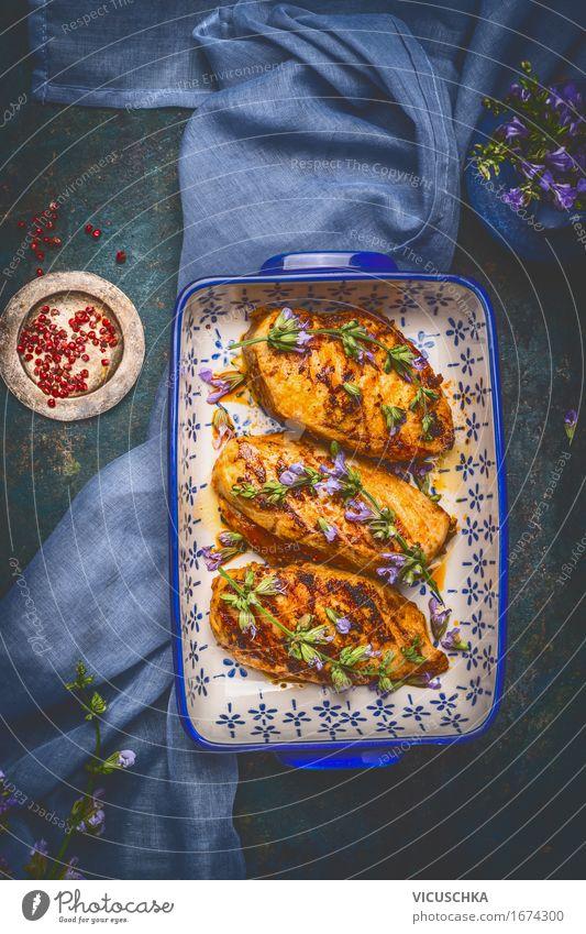 Honig glasierte Hähnchenbrust und frische Kräuter Gesunde Ernährung dunkel Essen Foodfotografie Stil Lebensmittel Design Häusliches Leben Tisch