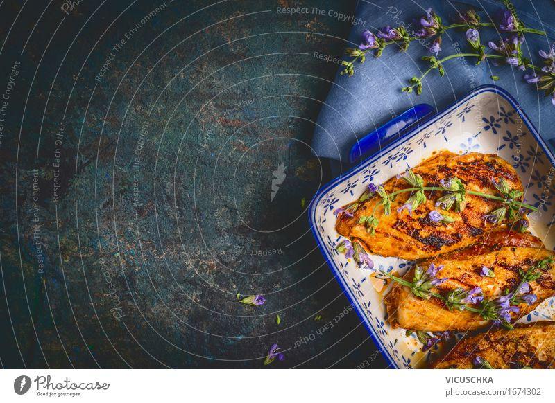 Hähnchenbrust in Auflaufform mit frischen Kräutern blau Gesunde Ernährung Blume dunkel Essen Foodfotografie Stil Lebensmittel Design Häusliches Leben Ernährung Tisch Kochen & Garen & Backen Kräuter & Gewürze Küche Bioprodukte