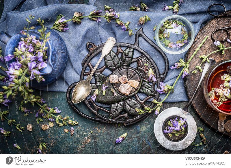 Kräutertee Zubereitung mit frischen Blumen und Wildkräutern Natur Gesunde Ernährung Leben Stil Gesundheit Lebensmittel Design Häusliches Leben Tisch