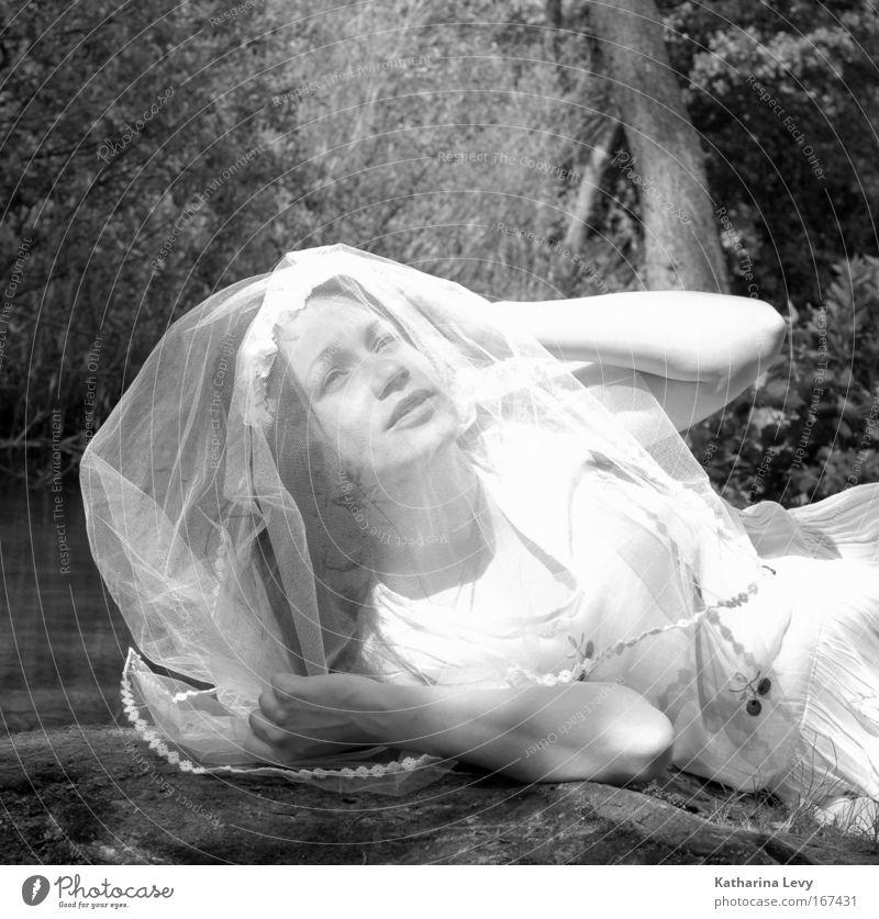 Bride of the forrest Mensch Natur Jugendliche Wasser ruhig Gesicht Erwachsene Leben feminin Stil Mode träumen liegen authentisch Hochzeit Hoffnung