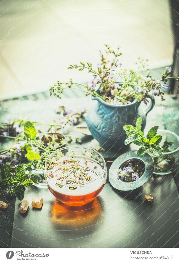 Tasse mit Kräutertee auf dem Terrasse- oder Gartentisch Lebensmittel Kräuter & Gewürze Bioprodukte Vegetarische Ernährung Diät Getränk Heißgetränk Tee Flasche