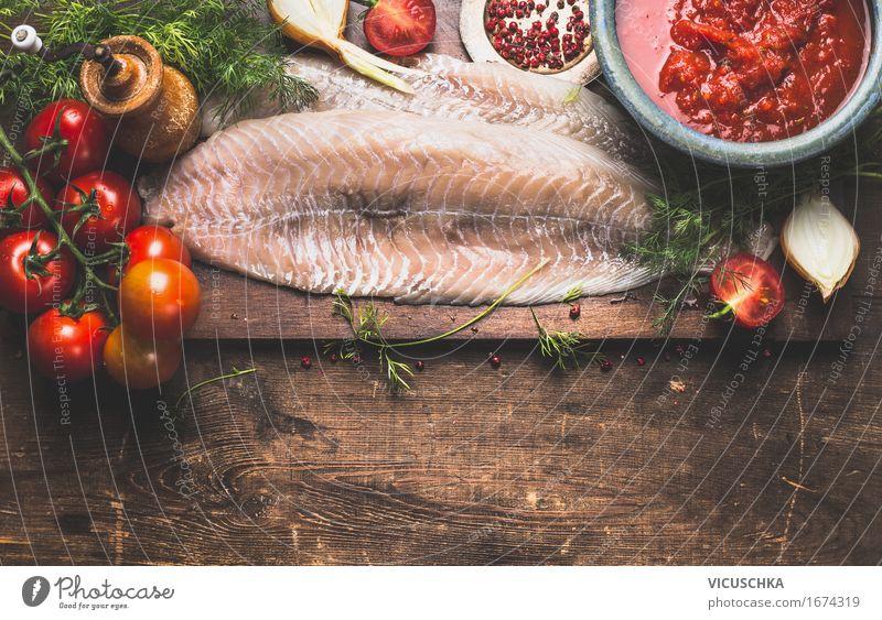 Raw Fischfilet mit frishen Kräutern und TomatenSauce Gesunde Ernährung Leben Essen Foodfotografie Stil Lebensmittel Design Häusliches Leben Tisch