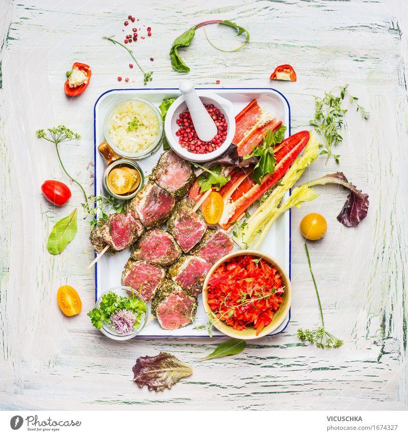 Sommerliche Fleischspieße mit Gemüse fürs Grillen Leben Foodfotografie Stil Lebensmittel hell Design Häusliches Leben Ernährung Tisch Kräuter & Gewürze Küche
